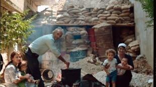 Khalil Amer, son épouse et sa belle-soeur Alia Chamas ont toujours habité Karamé. Presque tous les habitants du village ont déserté depuis le début de la guerre civile. Il n'y reste plus qu'une dizaine de familles.