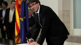Tsohon shugaban yankin Catalonia Carles Puigdemont yayinda yake rattaba hannu kan takardar amincewa da ballewar yankin daga Spain, a zauren majalisar kasar da ke birnin Barcelona, ranar 10 ga watan Oktoba, 2017.