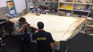 Des experts australiens et malaisiens examinent les débris du boeing 777 de la Malaysia Airlines disparu le 8 mars 2014 avec 239 personnes à bord.
