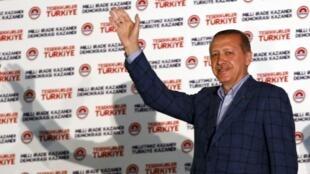 Tayyip Erdogan saluda a sus electores al conocer su victoria frente a la sede de su partido en Ankara, el 10 de agosto de 2014.