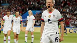 Megan Rapinoe (no canto direito), capitã da seleção feminina de futebol dos Estados Unidos, comemora gol sobre a França em 28 de junho de 2019.