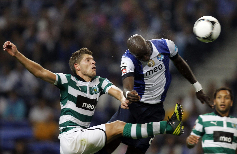 Dois jogadores, do Sporting, e do Porto, à disputa da bola, que jogam, este domingo, no Estádio do Dragão