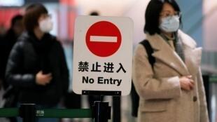 Пассажиры в аэропорту Шанхая, 20 января 2020.