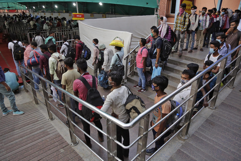 Người dân Ấn Độ xếp hàng chờ xét nghiệm Covid-19 gần một nhà ga ở thành phố Ahmedabad (tây bắc Ấn Độ), ngày 07/09/2020.