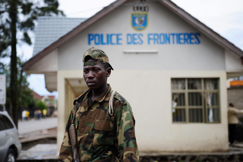 """Askari wa M23 akiwa kwenye Mpaka wa DRC na Rwanda, unaofahamika kama: """"grande barierre"""" Novemba 2012."""