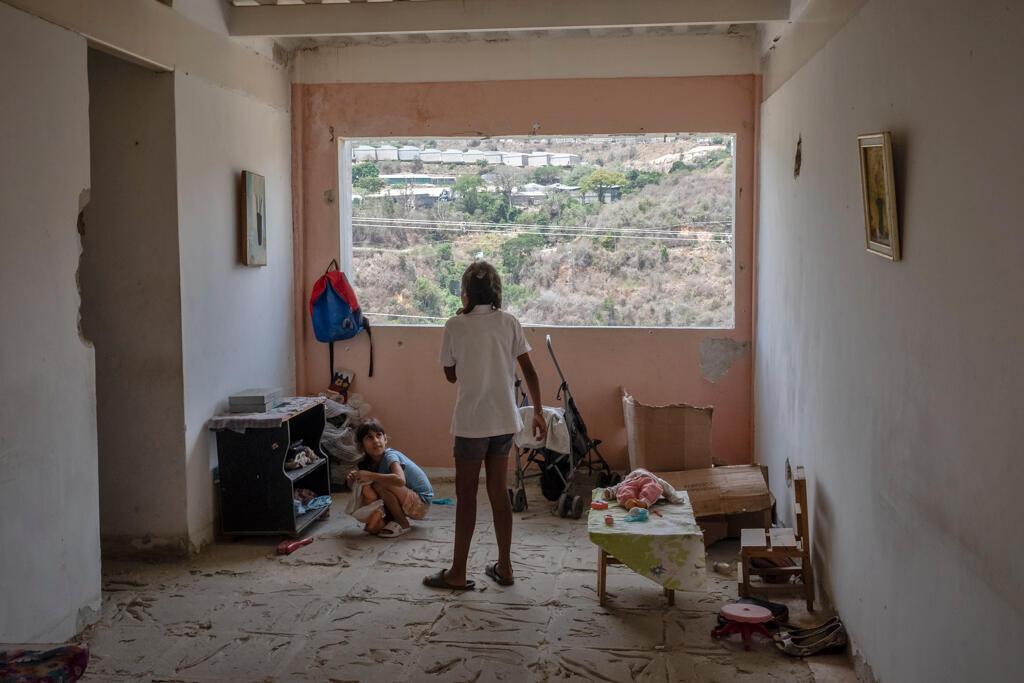 «Vous avez pris l'avion pour venir ici pour voir ça ?» dit l'une des filles. « Ils vont nous sortir d'ici morts ». Certaines familles attendent depuis trois ans d'être réinstallées.