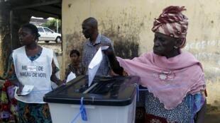 Dans un bureau de vote à Conakry, en 2015.