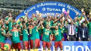 Equipe de Camarões comemora o quinto título conquistado na Copa Africana de Nações (CAN) neste domingo (5).