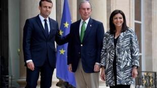 Tổng thống Pháp (T), Emmanuel Macron và thị trưởng Paris, Anne Hidalgo (P) tiếp nhà tỉ phú, cựu thị trưởng California Michael Bloomberg, tại điện Elysée, ngày 02/06/2017, sau khi tổng thống Donald Trump tuyên bố rút Hoa Kỳ ra khỏi hiệp định COP21.