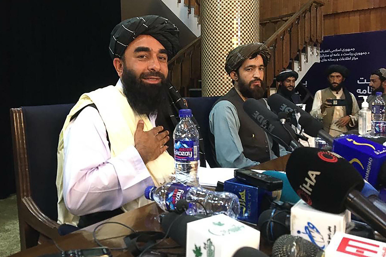 El portavoz talibán Zabihullah Mujahid (Izq.) asiste a la primera conferencia de prensa en Kabul el 17 de agosto de 2021, después de la impresionante toma del poder de los talibanes en Afganistán