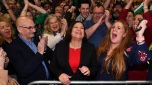 La cheffe du Sinn Féin Mary Lou McDonald fête la victoire du parti républicain, le 9 février 2020, à Dublin.