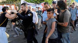 Des policiers israéliens interpellent des manifestants après des heurts en marge d'une manifestation à Jérusalem, le 8 septembre 2017.