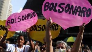 Des soutiens du président brésilien Jair Bolsonaro manifestent contre des institutions judiciaires à Sao Paulo, le 15 mars 2020.