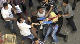Vendredi 12 octobre, la place Tahrir a été le théâtre d'affrontements entre partisans et adversaires du président Mohamad Morsi.