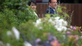 Lãnh tụ đối lập Miến Điện Aung San Suu Kyi và Tổng thống Pháp François Hollande trong vườn hoa điện Elysée ngày 26/06/2012.