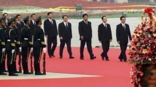 资料照片:中共常委列队步入人民大会堂庆祝国庆61周年。