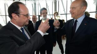 Президент Франции Франсуа Олланд (слева) и мэр Бордо Ален Жюппе на открытии музея вина, Бордо, 31 мая 2016.