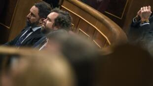 رهبران حزب راست افراطی اسپانیا، وُکس، سانتیاگو آباسکال، دبیر کل حزب(طرف چپ) و ایوان اسپینوزا دو لوس مانتروس در پارلمان این کشور – ۴ ژانویه ۲۰۲۰