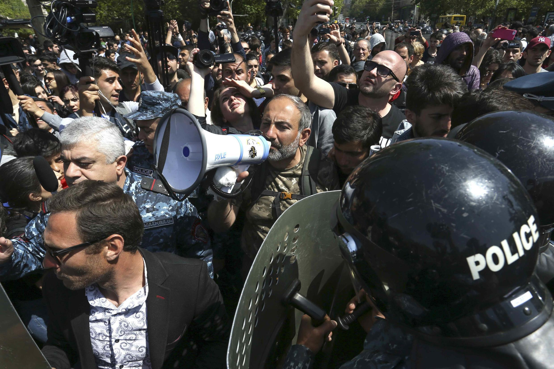 Лидер протестного движения Никол Пашинян обращается к сторонникам на протестной акции, Ереван, 18 апреля 2018 г.