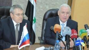 El embajador ruso en Siria, Azamat Kulmuhametov, y el ministro del Petróleo sirio, Suleiman al-Abbas, dando una conferencia de prensa tras la firma del acuerdo, este 25 de diciembre de 2013 en Damasco.