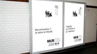En France, une campagne d'affichage de la HALDE dans le  métro parisien : « Discrimination ? Je saisis la HALDE »  / « L'égalité, ça s'affiche et ça s'applique »