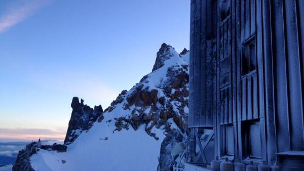O refúgio Cosmique, a 3.613 metros de altitude fica no caminho dos alpinistas para o Mont Blanc. Porém, devido ao derretimento do gelo, o acesso por essa via se torna cada vez mais difícil. Foto divulgação Refuge des Cosmiques.