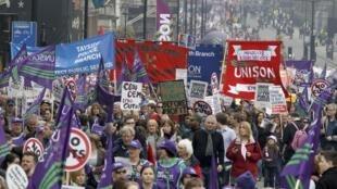 Miles de manifestantes se reúnen en las calles de Londres para protestar contra el plan de austeridad económico