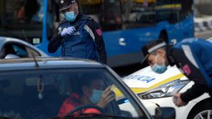 Un agente de policía realiza un control de tráfico en Madrid, España, el 3 de octubre de 2020