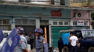 Des policiers patrouillent dans un quartier musulman à Mandalay, le 3 juillet 2014.