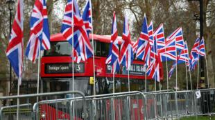 Drapeaux britanniques plantés devant la Chambre des Communes à Londres par des partisans du Brexit.