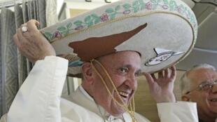 El papa Francisco exhibe un sombrero de charro, regalo de un periodista mexicano a bordo del avión que lo llevaba a La Habana, 12 de febrero de 2016.