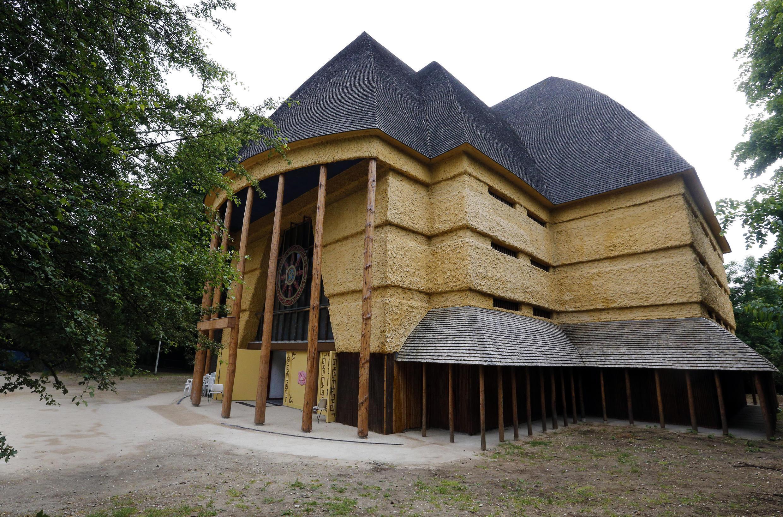 La grande pagode est l'ancien pavillon colonial du Cameroun construit pour l'exposition coloniale de 1931 organisée dans le bois de Vincennes.