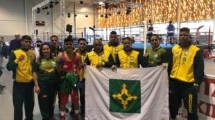 A delegação brasileira que participou dpo torneio internacional Les Ceintures, na França.