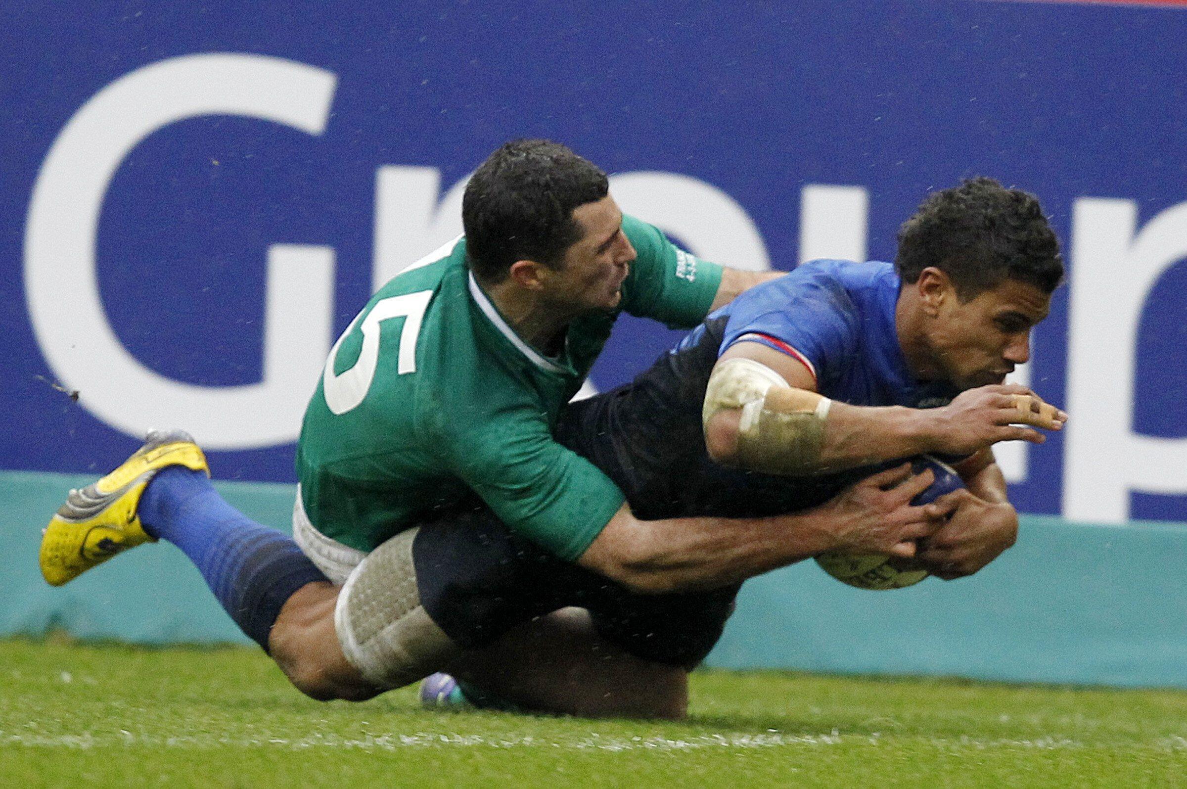 Wesley Fofana (à droite) réussit un essai mais le XV de France fait match nul 17-17 face à l'Irlande.