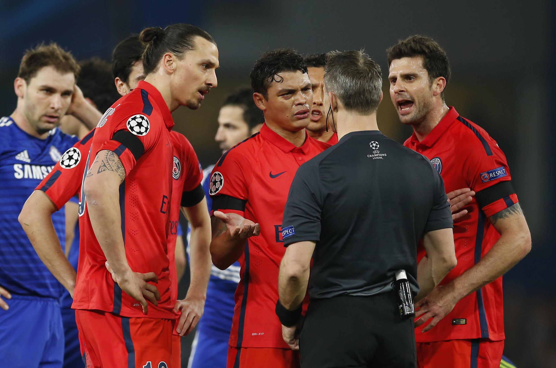 Irritado com a derrota do PSG, o jogador Zlatan Ibrahimovic (à esquerda) xingou a França, gerando indignação na imprensa.