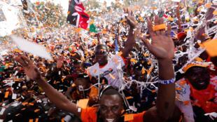 Wafuasi wa vyama vya siasa nchini Kenya wakishangilia kwenye moja ya mikutano.