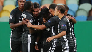 Jogadores do Lyon abraçam Maxwel Cornet, autor do gol mais bonito das quartas de final contra o Manchester City.