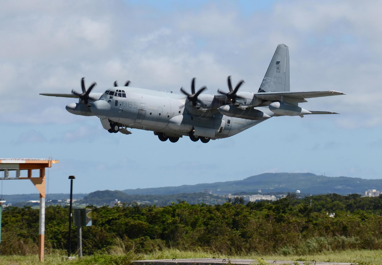 Un avion militaire américain décolle de la base aérienne de Futenma à Okinawa, où un foyer de coronavirus a été découvert à la mi-juillet 2020.