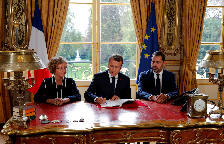 امضای بخشنامههای دولتی از سوی امانوئل ماکرون، رئیس جمهوری فرانسه