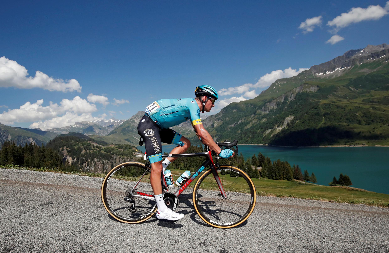 Тысячи фанатов повсей стране сбольшим интересом наблюдают заперипетиями «Тур деФранс»