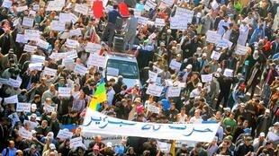Des milliers de Marocains manifestent  pour réclamer davantage de démocratie et de justice sociale, à Casablanca, le 20 mars 2011.