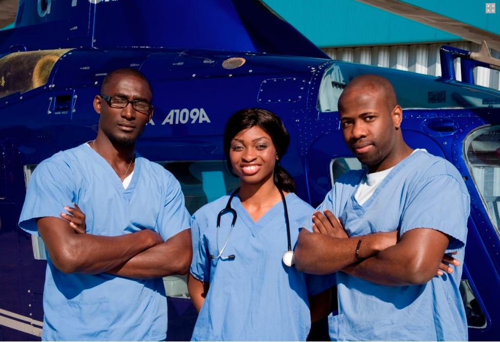 Ola Orekunrin (au centre), jeune femme médecin qui a lancé les Flying Doctors au Nigeria, premier service ambulancier aéroporté d'Afrique de l'Ouest.