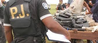 Agente da Policia Judiciária caboverdeana, com a devida vénia do jornal a Nação.