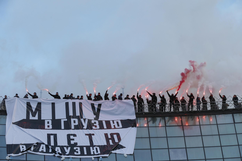 Des activistes du parti du Corps national manifestent contre le président Porochenko.