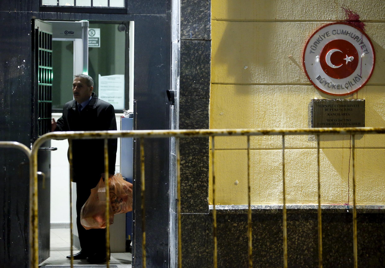 25 ноября здание турецкого посольства в Москве закидали камнями, бутылками, яйцами и банками с краской.