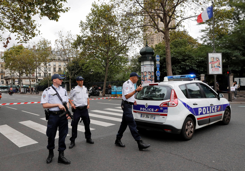 Французские полицейские недалеко от церкви Сен-Ле, Париж, 17 сентября 2016 г.