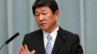 资料图片:日本产经大臣茂木敏充2018年8月3日在东京的一次记者会上。