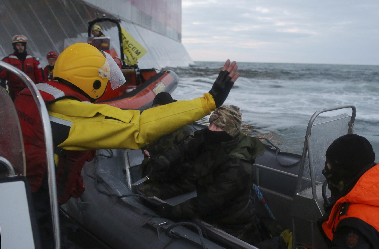 """Активисты """"Гринпис"""" в момент задержания береговой охраной после попытки проникнуть на нефтяную платформу"""