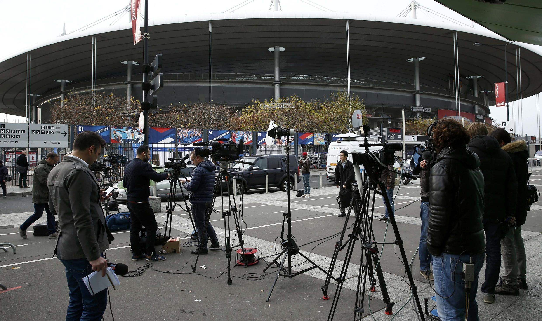Журналисты около стадиона «Стад де Франс» на утро после терактов в Париже, 14 ноября 2015.