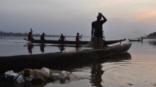 Pirogues de pêcheurs sur le fleuve Oubangui, affluent majeur du fleuve Congo, en RDC (illustration).
